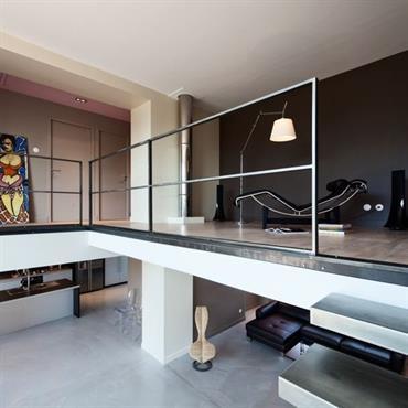 Mezzanine avec accès aux chambres et salles de bain