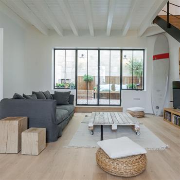 Salon design avec verrière et escalier en bois et métal
