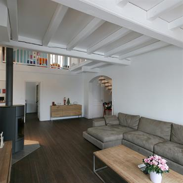 Salon avec plafond bois peint en blanc