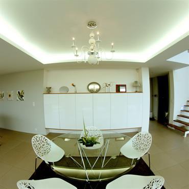 Salle à manger avec table ronde près de cuisine