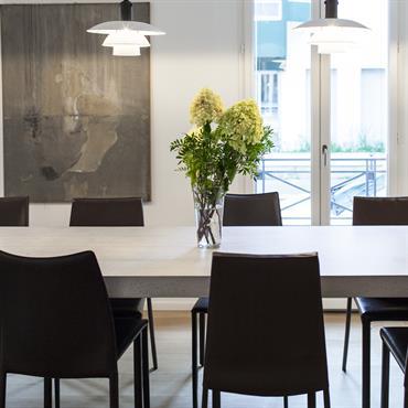 Maison Paris 14ème. Table d'hôte de 4 mètres de longueur par 80 centimètres de largeur.     Produit : Beton Lege®, Plateau coulé sur bois de coffrage Finition / Couleur : ...