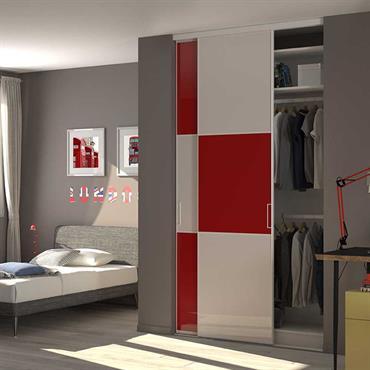 Placard dressing fermé avec portes coulissantes sur-mesure.  Le modèle trio vous permet de créer des partitions sur vos portes et ainsi créer un design unique