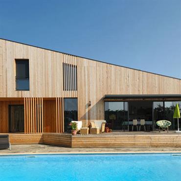 Villa en bois et jardin avec piscine