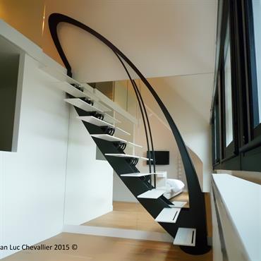 Cet escalier design profil aux marches suspendues et d'inspiration Art Nouveau est une création originale de Jean Luc Chevallier pour La Stylique.