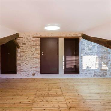 Portes marrons reliant le bureau et les chambres