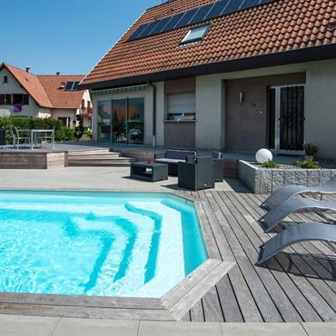 Terrasse en lattes de bois avec piscine