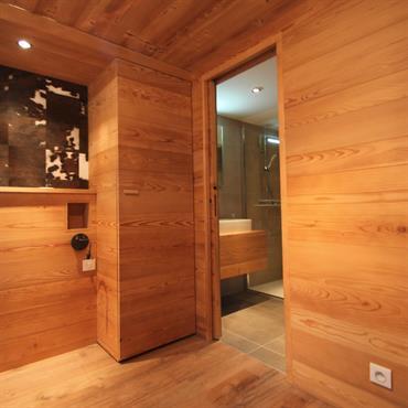 Chambre du chalet: placage bois, parquet