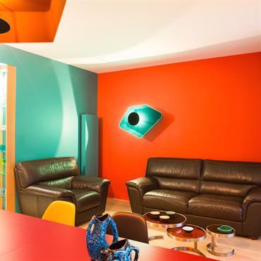 Salon coloré avec mur rouge