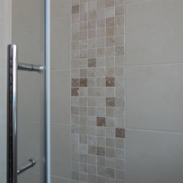 Détail de mosaïque beige dans la douche