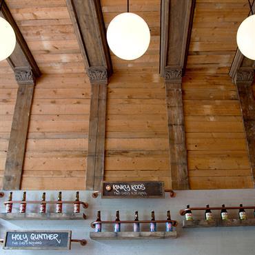 De Biertuin Aménagement sur-mesure d'un bar à Amsterdam (Linnaeusstraat 29), completé par l'habillage des murs et tables.  Produit :  MURS : 7 Panbeton® Bois vertical   3 Panbeton® Lames bois verticales  ...
