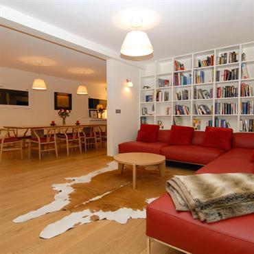 Salon avec bibliothèque, salle à manger ouverte