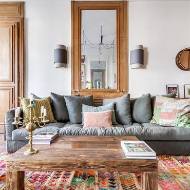 Salon authentique avec grand miroir et canapé extra-confortable