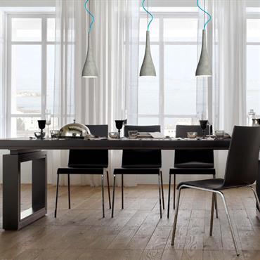 Salle à manger aux styles moderne et classique à la fois