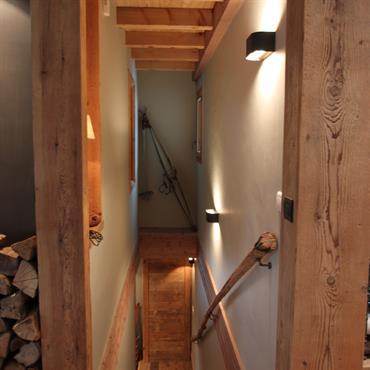 Escalier droit en bois.