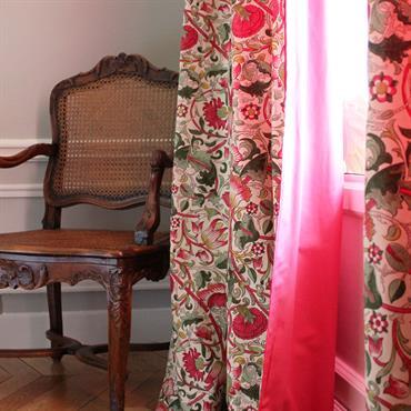 Touche originale avec ces rideaux imprimés rouges - Vue des deux côtés du rideau. Rideaux réalisés par l'atelier MAUVAIS COTON - TAPISSIER - www.mauvaiscotonparis.com
