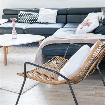 Canapé d'angle en cuir avec plaids et coussins pour une ambiance cosy
