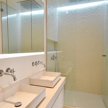 Douche en béton texturé Parois de douche en béton haute performance texturé et plan vasque en Beton Lege®