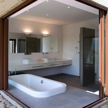 Salle de bain semi-ouverte ; baie vitrée coulissante