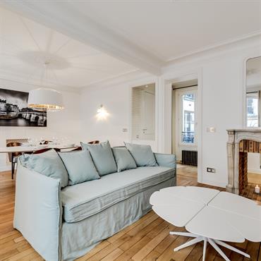 Le canapé pastel délimite le coin salon de l'espace salle à manger dans cette pièce désormais ouverte et lumineuse.