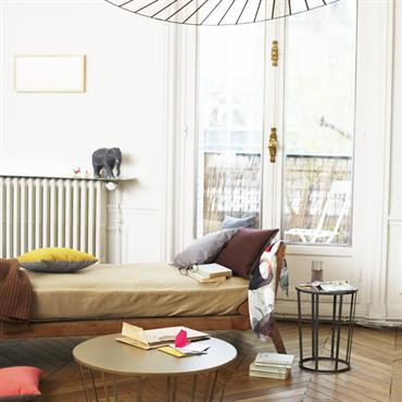 Salon d'esprit bohème avec suspension Vertigo. Couleur cuivre, disponible en deux tailles différentes et 6 coloris différents.