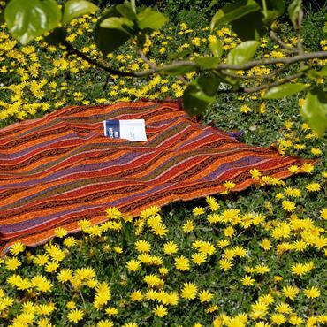 Le tissu oriental Batys peut aussi être utilisé comme couverture de lit, en extérieur, tenture, sur un canapé...