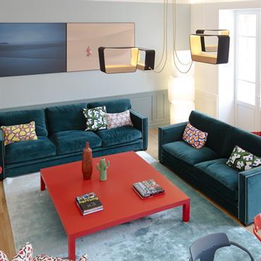 On joue avec les couleurs et les imprimés dans ce salon d'appartement haussmannien rendu très contemporain