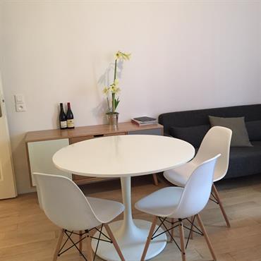 Table à manger au milieu du salon de l'appartement