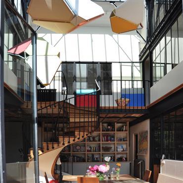 Grande pièce à vivre sous verrière avec mezzanine et escalier hélicoïdal