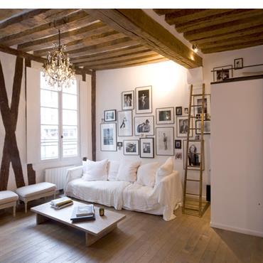 Belle Rénovation d'un petit appartement à Paris 4 . Mise en valeur des poutres apparentes au plafond et sur les murs