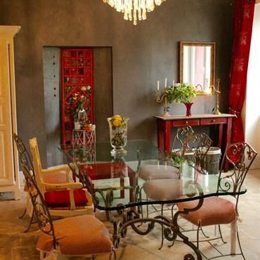 Salle à manger exotique avec table en verre et chaises métal