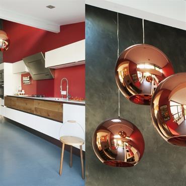 Suspensions sphériques rouge brillant dans la cuisine