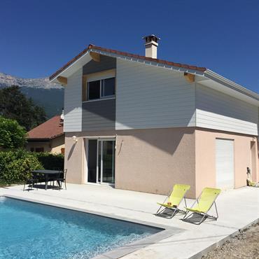Maison rose et blanche avec piscine