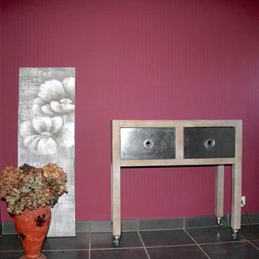 Hall d'entrée rose dont le mur a été tapissé d'un papier peint uni de couleur fuchsia.