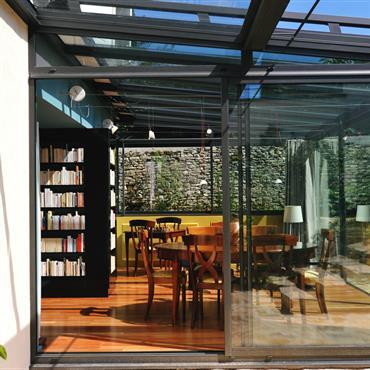 Une véranda vitrée moderne permet d'agrandir la pièce à vivre, tout en profitant de la luminosité extérieure