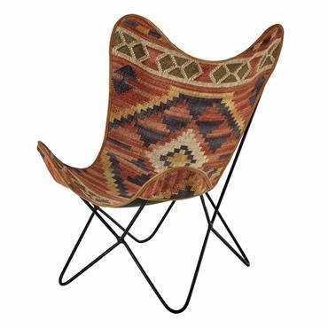 Revisité en mode nomade, ce fauteuil papillon en kilim mettra une belle note de couleur au salon. Positionné sur une structure métallique noire, ce fauteuil en jute et laine se ...