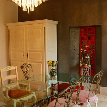 Salle à manger baroque avec grande table en verre