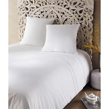 Cette parure de lit consiste en trois pièces: une housse de couette pour les grandes tailles (260X240) et deux taies d'oreiller de 63 cm de côté. Très lumineuse, cette parure ...