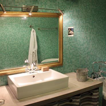 Salle de bain rétro comme un appel à la détente...