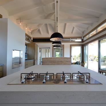 L'agence d'architecture d'intérieur Alain-Dominique GALLIZIA a utilisé dans le cadre de l'aménagement d'une propriété en Corse les 2 finitions Béton Lège. Le béton « minéral lisse » pour les plans ...