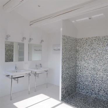 Le style contemporain de la salle de bain s'invite dans un cadre traditionnel avec poutres apparentes.