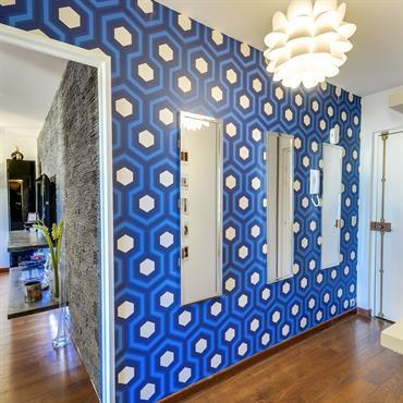 Porte d'entrée et couloir desservant le salon, la cuisine ouverte, la chambre et la salle de bain