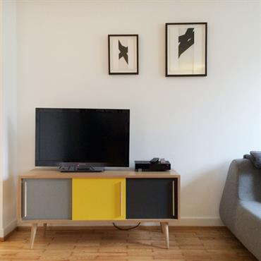 Salon avec meuble tv tricolore vintage
