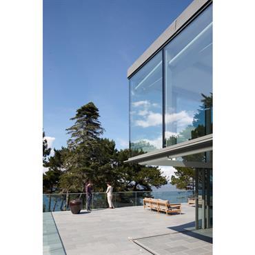 Terrasse béton avec porte à faux vitrée