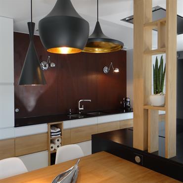 Cuisine design blanche et bois avec crédence effet rouillé. Suspensions design