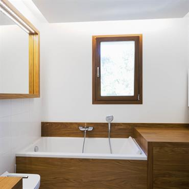 Réaménagement d'une salle de bain avec baignoire en bois encastrée