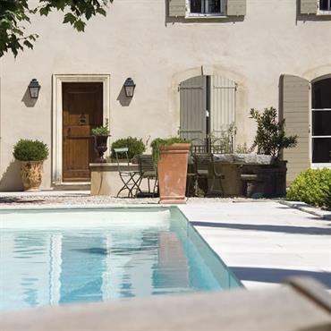 La piscine rectangulaire, implantée devant la maison dans un cadre raffiné, apporte la sérénité d'un bassin classique.