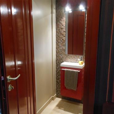 Toilettes aux tons beiges/marrons et rouge