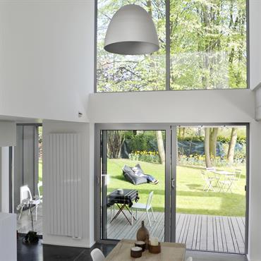 Les larges baies vitrées orientées au sud permettent de profiter des apports gratuits du soleil en hiver. L'espace intérieur offre une vue splendide vers le parc tout en préservant l'intimité ...