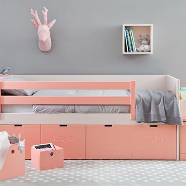 Lit en bois rose avec rangements pour chambre d'enfant