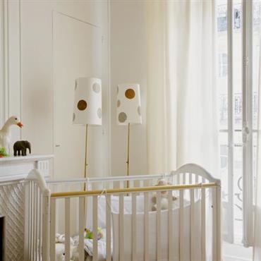 Chambre de bébé aux tons doux avec rideaux blancs